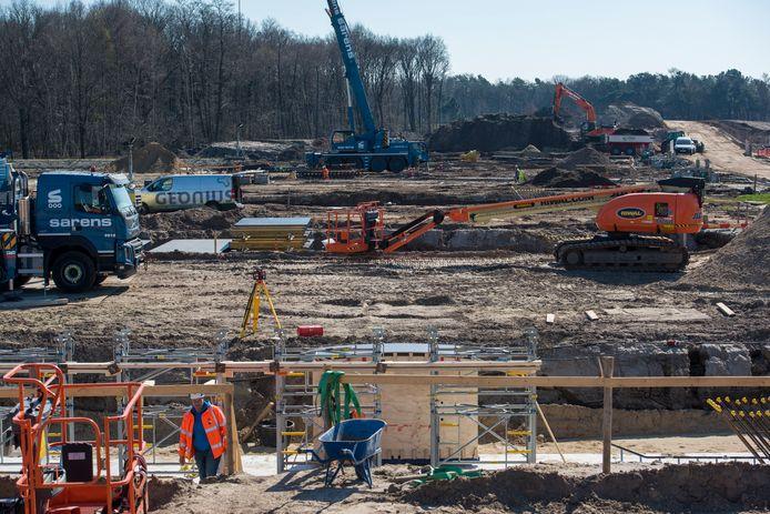Waar de N69 de Gagelgoorsedijk doorkruist, wordt nu de fundering van de brugpijlers gestort.