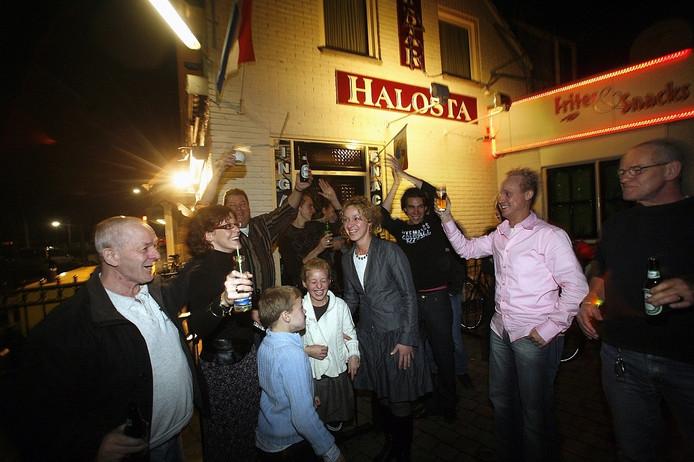 Feestje buiten bij Cafe Halosta in Aalst, vlak nadat het dorp weer stroom kreeg.