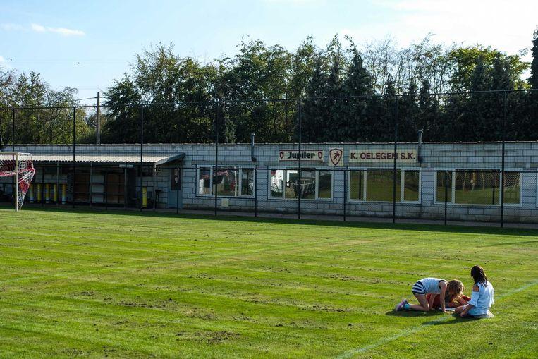 Het voetbalveld en de kantine van voetbalclub Oelegem.