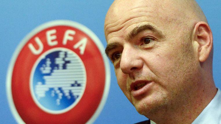 UEFA-secretaris Gianni Infantino houdt een oogje in het zeil tijdens de loting voor de Champions en Europa League.