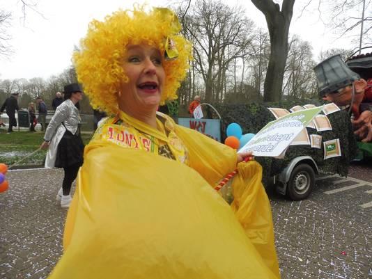 Deze carnavaleske dame had zich van top tot teen in het geel gestoken voor de optocht door Zaltbommel