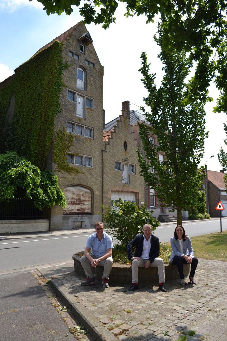 De gevel van dit historische gebouw in de Vaartstraat in Gistel wordt bewaard, er komen zes appartementen en twee eensgezinswoningen. (vlnr) Lode Demuynck, Wim Aernoudt en Jessica Vandenbergh