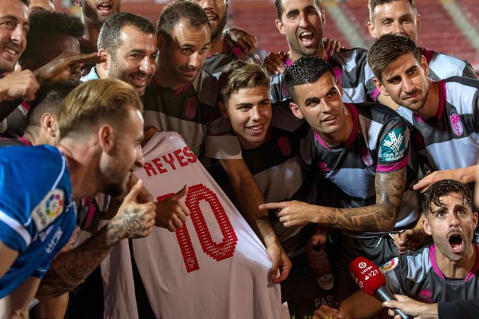 Spelers van het gepromoveerde Granada gaan op de foto met een shirt van Reyes.