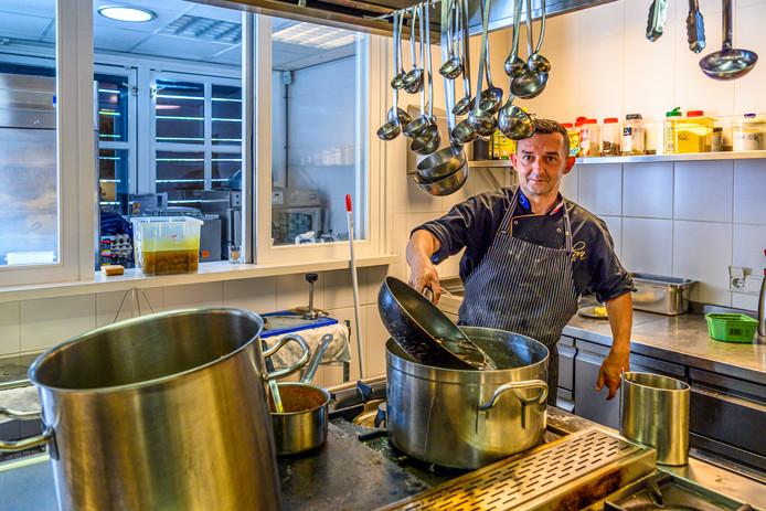 In de keuken bereidt chefkok Rafel typisch Poolse gerechten: stevige soepen en veel vlees.