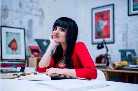Illustratrice Fatinha Ramos aan haar tekentafel.