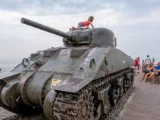 Tank op de dijk van Westkapelle staat weg te roesten