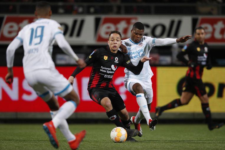 Duel tussen Mounir El Hamdaoui van Excelsior en Denzel Dumfries van PSV. Beeld BSR Agency