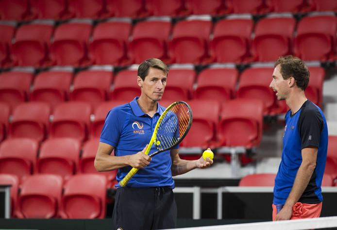 Davis Cup-captain Paul Haarhuis in gesprek met Matwé Middelkoop.