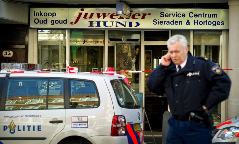 Archiefbeeld van de dag waarop juwelier Fred Hund werd vermoord tijdens een overval op zijn zaak aan de Jan Evertsenstraat in Amsterdam. Beeld anp