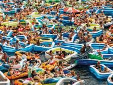 Met z'n allen dobberen in rubberbootjes door Amersfoortse grachten