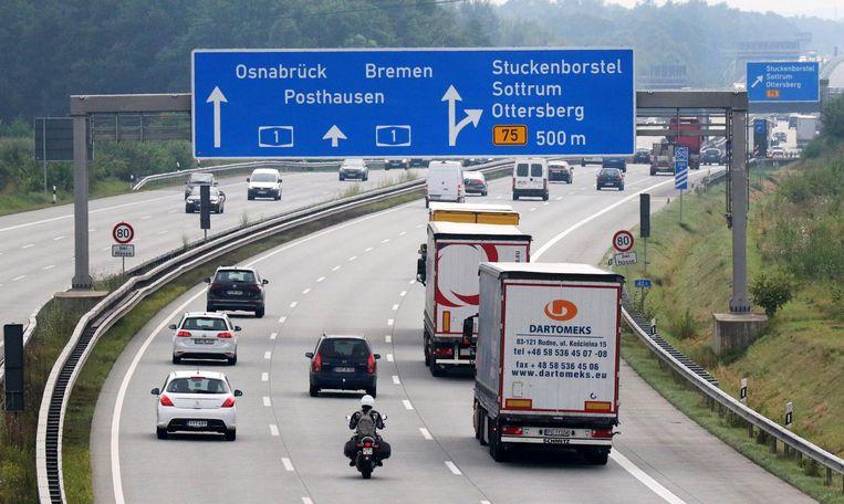 In het Duitse plan wordt de Duitse automobilist volledig gecompenseerd voor de tolheffing, buitenlandse autorijders krijgen die korting niet. Beeld null