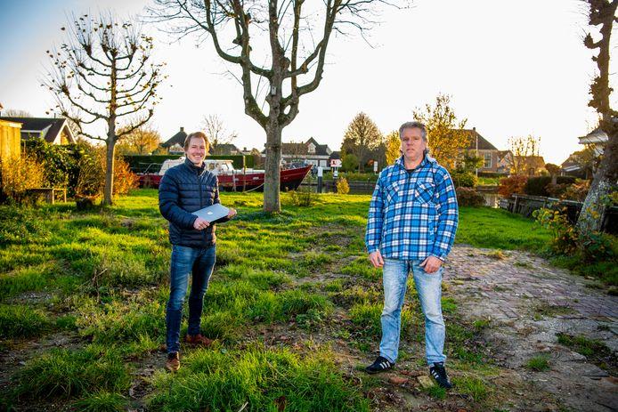 Danny de Vries (l.) blikt met Kees Bakker terug op de grote brand aan de Noordzijde in Bodegraven, die de boerderij van de familie Bakker in de as legde.