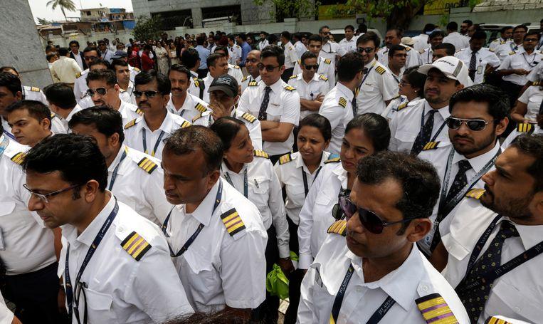 De piloten staken omdat ze geen loon meer ontvangen.