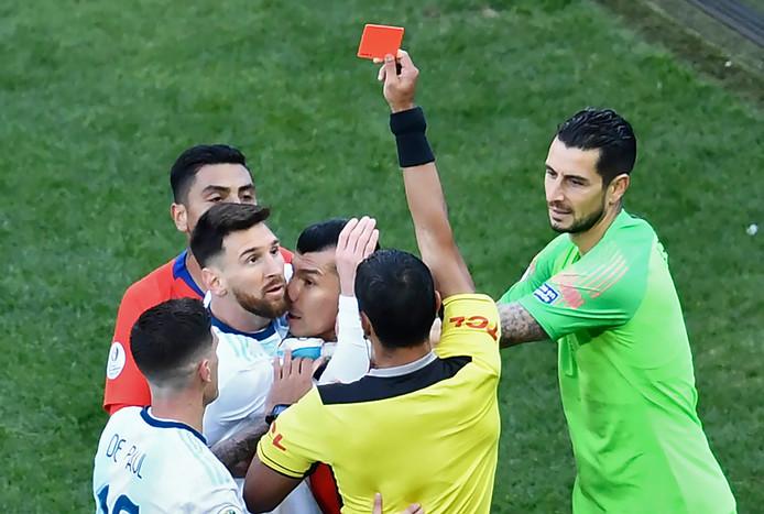 Lionel Messi ontvangt zijn tweede rode kaart in zijn carrière.