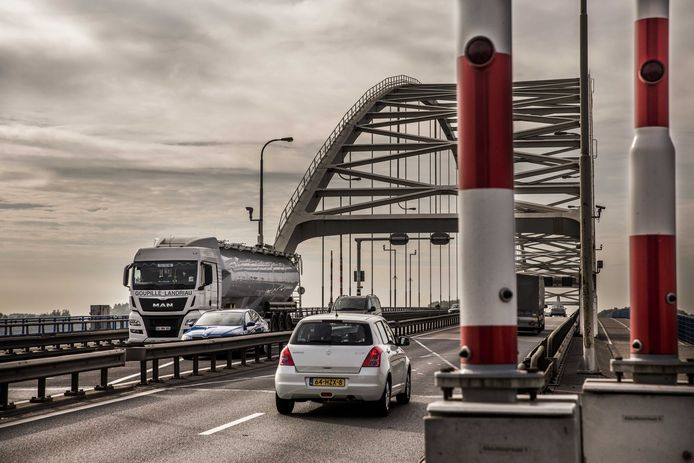 De Merwedebrug op de A27 bij Gorinchem.