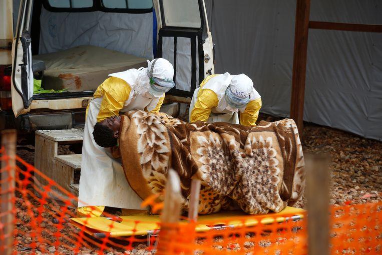 Gezondheidsmedewerkers brengen een Congolese vrouw met ebola over naar een behandelingscentrum in Butembo.