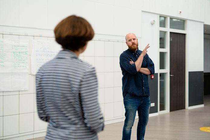 Hermen Schotanus Blok in gesprek met leermeester Annemiek van der Eijk, viroloog bij het Erasmus MC.