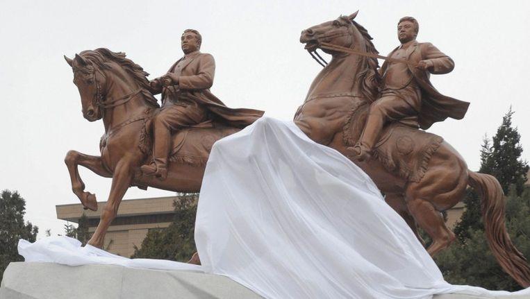 Onthulling van een bronzen standbeeld van Kim Jong-il (r) en diens vader Kim Il-sung in Pyongyang. Beeld reuters