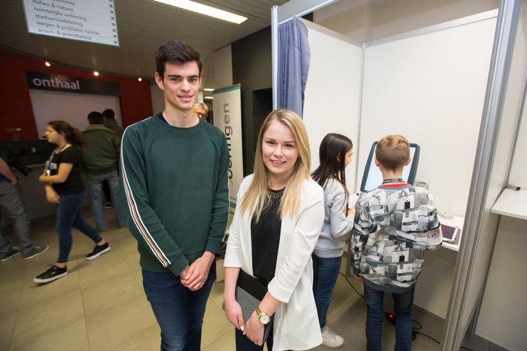 De hogeschoolstudenten Timo Mertens en Lotte Paredis van het PXL ontwikkelden op maat van stad Beringen een aantrekkelijk, digitaal spel waarbij de leerlingen vragen oplossen via een tablet om kennis te maken met het aanbod van de stedelijke diensten.