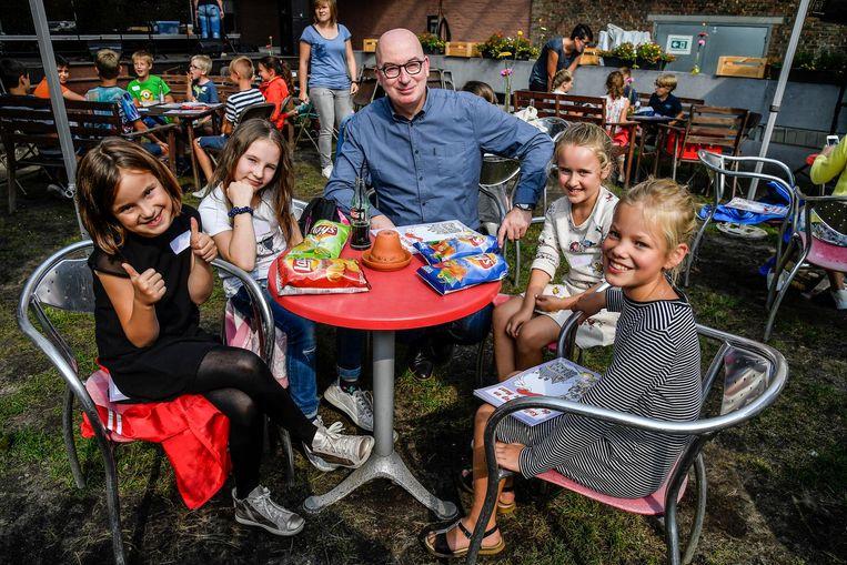 Burgemeester Buyse met de kinderen tijdens het vieruurtje in Café Jardin.