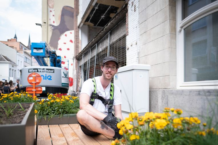 Jonas Tuch op een van de nieuwe banken, met zijn werk op de achtergrond.