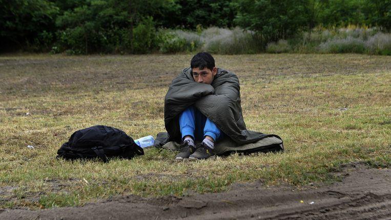 Een Afghaanse vluchteling bij de grens tussen Hongarije en Servië. Beeld ap
