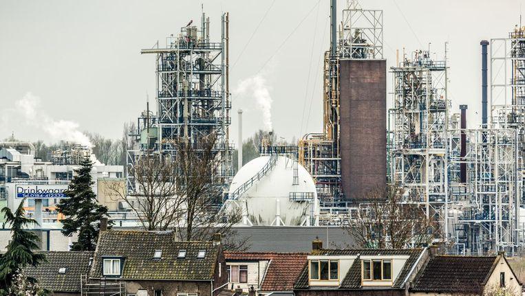 Huizen in Sliedrecht tegenover Dupont aan de andere kant van het Merwedekanaal Beeld Freek van den Bergh