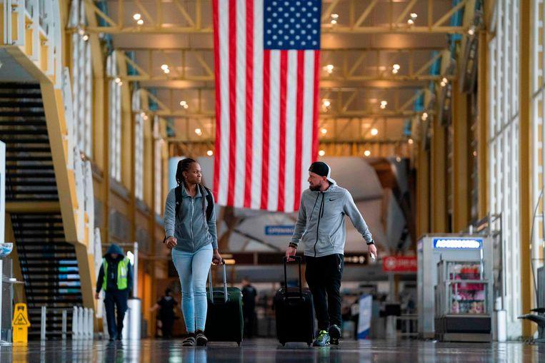 Mensen in het Ronald Reagan Washington National Airport.  Beeld AFP