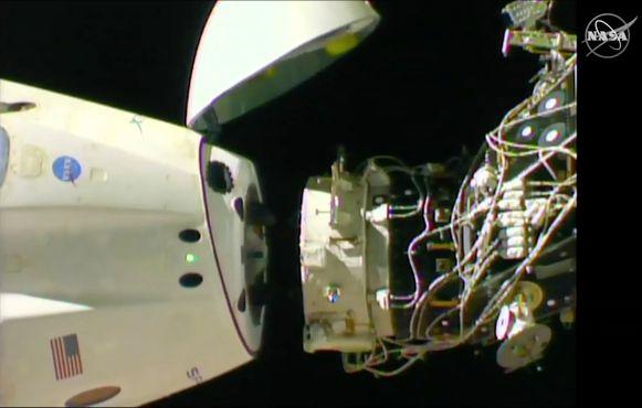 De capsule komt langzaam los van het ISS.