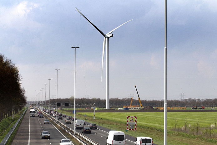 Opbouw van windmolens langs de A58 bij Oirschot