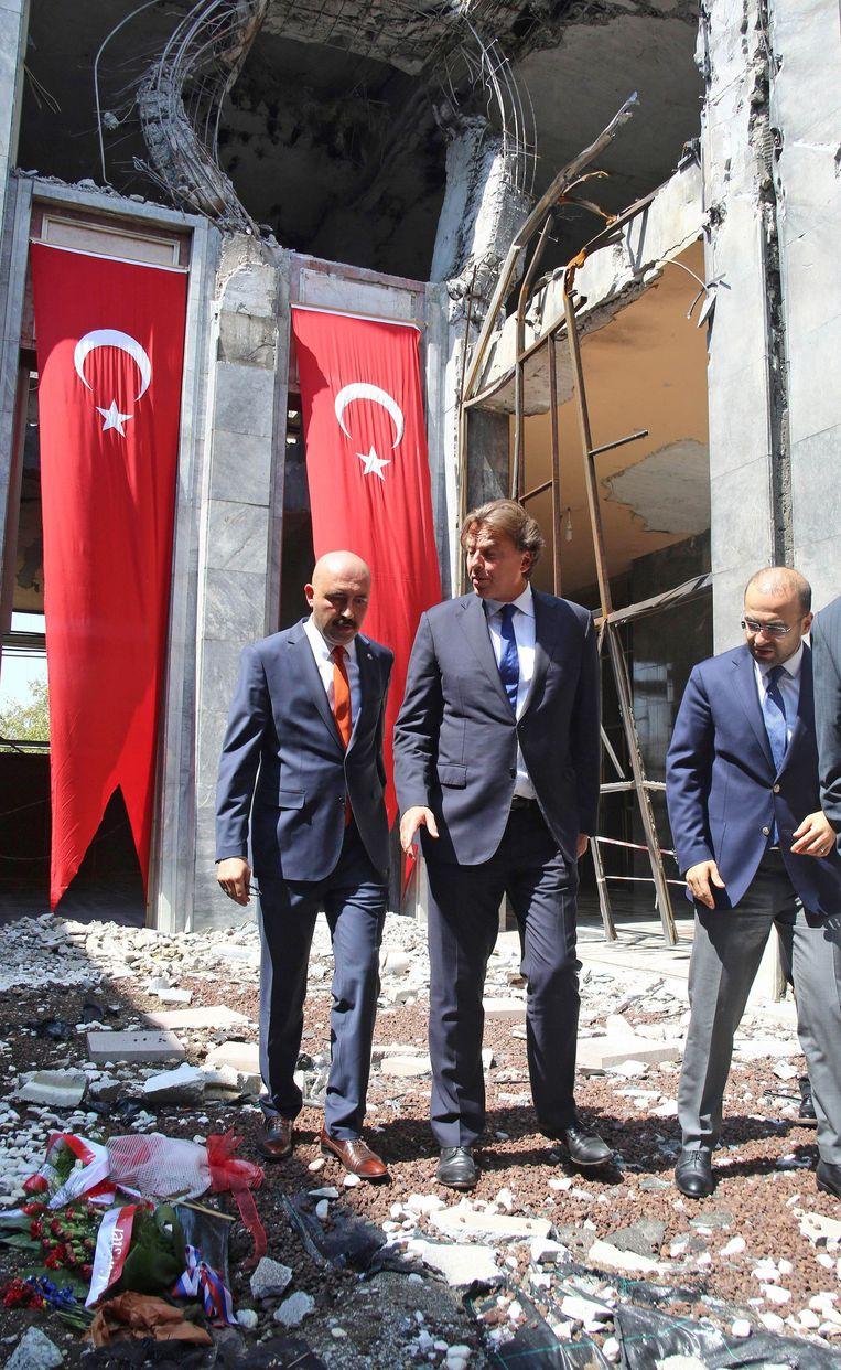 Koenders kreeg ook een rondleiding door het Turkse parlementsgebouw dat door de coupplegers werd beschoten. Beeld AFP