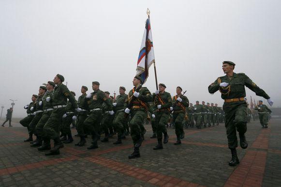 Pro-Russische rebellen marcheren in Donetsk, vijf jaar na het eenzijdig uitroepen van de onafhankelijkheid.