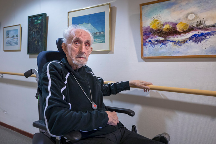 Voormalig persfotograaf Jan van Eijck viert zijn honderdste verjaardag met een expositie van een selectie van zijn schilderijen op Mariaoord in Rosmalen.