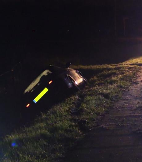 Auto in sloot in Delden, bestuurder met schrik vrij