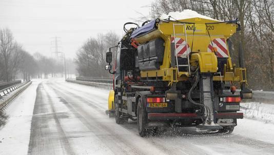 Rijkswaterstaat zal volop zout strooien tegen de gladheid.