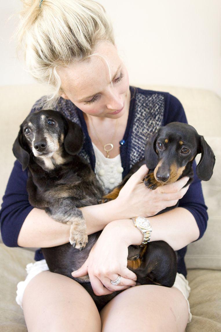 Rebecca met haar 'echte' hond - links - en haar gekloonde hond. Beeld null
