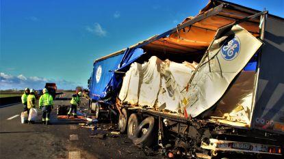 Zwaar ongeval nadat chauffeur vrachtwagen met vluchtelingen aan de kant zet