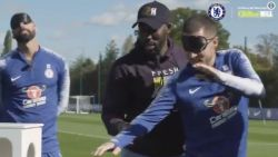 VIDEO. Eden Hazard verliest potje darts, waarna bij de tegenprestatie blijkt dat hij niet van verrassingen houdt