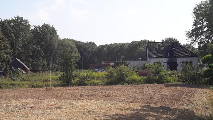 Het leegstaande café De Vrolijkheid in Zwolle, gezien vanaf de Ceintuurbaan. In de groenstrook zit een sloot verborgen die als natuurlijke barrière ongenode bezoekers moet tegenhouden.