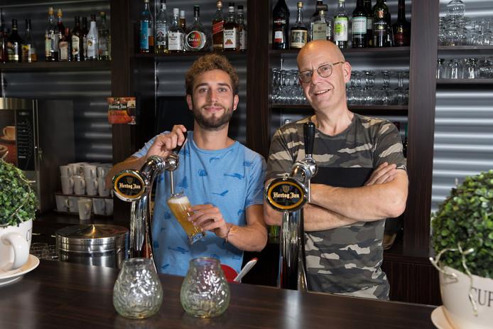 Bas Wesselink (l) volgde vorig jaar Jaap Doorgeest op als uitbater van het SPOC-café en de kantine van de Capellenborg. De komende tijd beperkt hij zich tot grand-café 't SPOC.