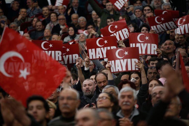 Leden van de nationalistische partij MHP ijveren voor een 'Neen' tijdens het komende referendum