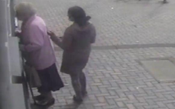 Een vrouw benadert de 81-jarige Doreen langs achter en denkt een snelle slag te slaan, maar dat loopt even anders.