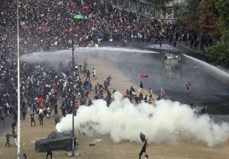 De politie zette maandag een waterkanon in tegen de betogers.