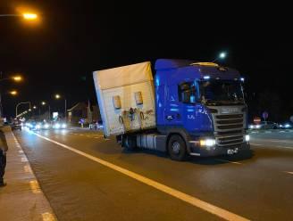 Vrachtwagen verliest oplegger op afrit E40, poging om aan te koppelen loopt net niet fout