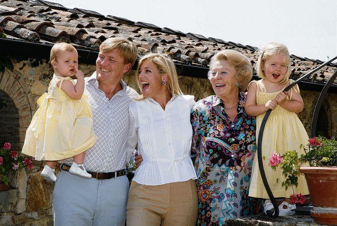 Beatrix, Willem-Alexander en Máxima en dochters Amalia en Alexia poseren bij de villa op 6 juli 2006.