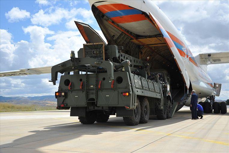 Een deel van het S-400-systeem wordt uit een Russisch toestel geladen op een Turkse luchtmachtbasis bij Ankara.  Beeld EPA