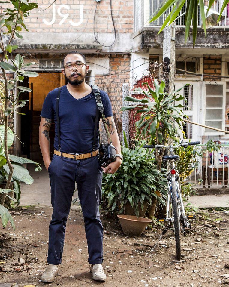 De zus van Kuang Htet - fotograaf, meubelrestaurateur en eigenaar van een kunstenaarscafé - wil hem naar Canada halen. Htet blijft liever in Yangon: 'Ik ben liever een grote vis in een kleine vijver dan dat ik een van de vele getalenteerde mensen ben in Canada.' Beeld Yvonne Brandwijk