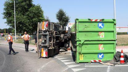 Vrachtwagen kantelt op rotonde