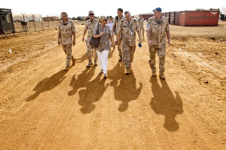 Minister van Defensie Jeanine Hennis-Plasschaart en Commandant der Strijdkrachten Tom Middendorp (2e L) tijdens hun bezoek aan Kamp Castor, eind oktober. Beeld ANP