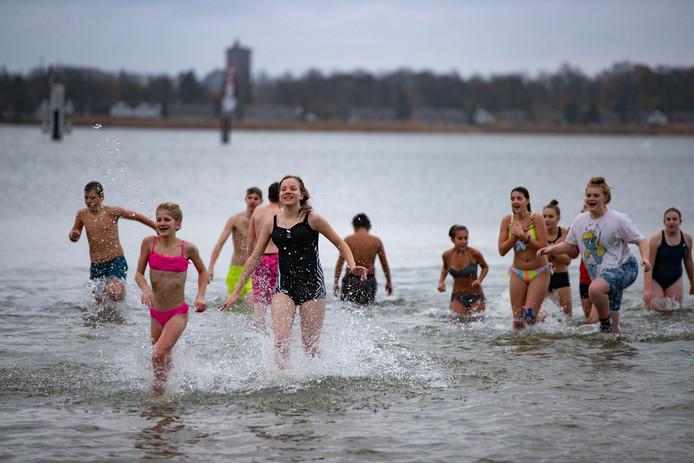 Leerlingen van Van der Capellen SG uit Elburg namen donderdagmiddag een frisse duik bij de beachclub in Biddinghuizen, om geld in te zamelen voor het KWF.